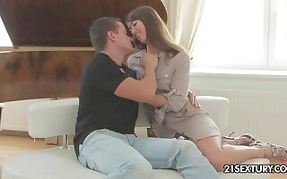 Dude helps charming Suzen Attractive to get nude and eats her grungy pussy